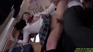 【痴感電車 無料jk】女子高校生が スカートの中に無断侵入されてレイプされる初川南 無料動画 桃尻
