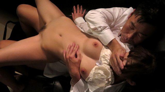 【石原利菜 濡れた出張】ネカフェで声出し禁止セックス