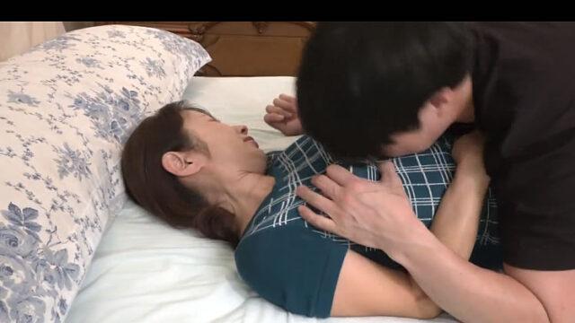 【塾女性雑誌50代 動画】息子の友達にせがまれ体を許す主婦の無料動画